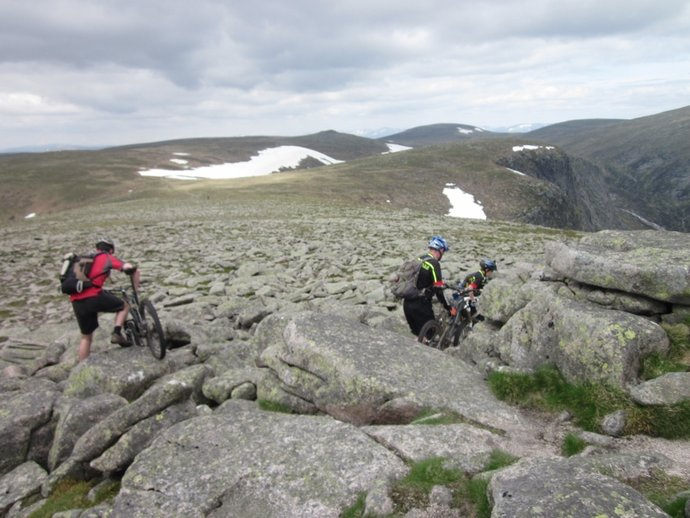 Some hardy mountain bikers on the top of Broad Cairn (800x600).jpg
