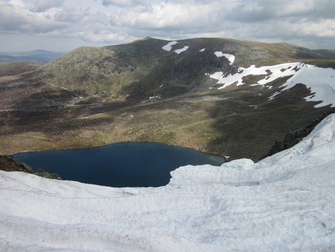 Looking towards Lochnagar and Loch na Eun (800x600).jpg