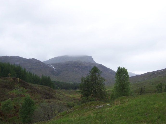 Heading up towards Coire Foinnaraich.JPG